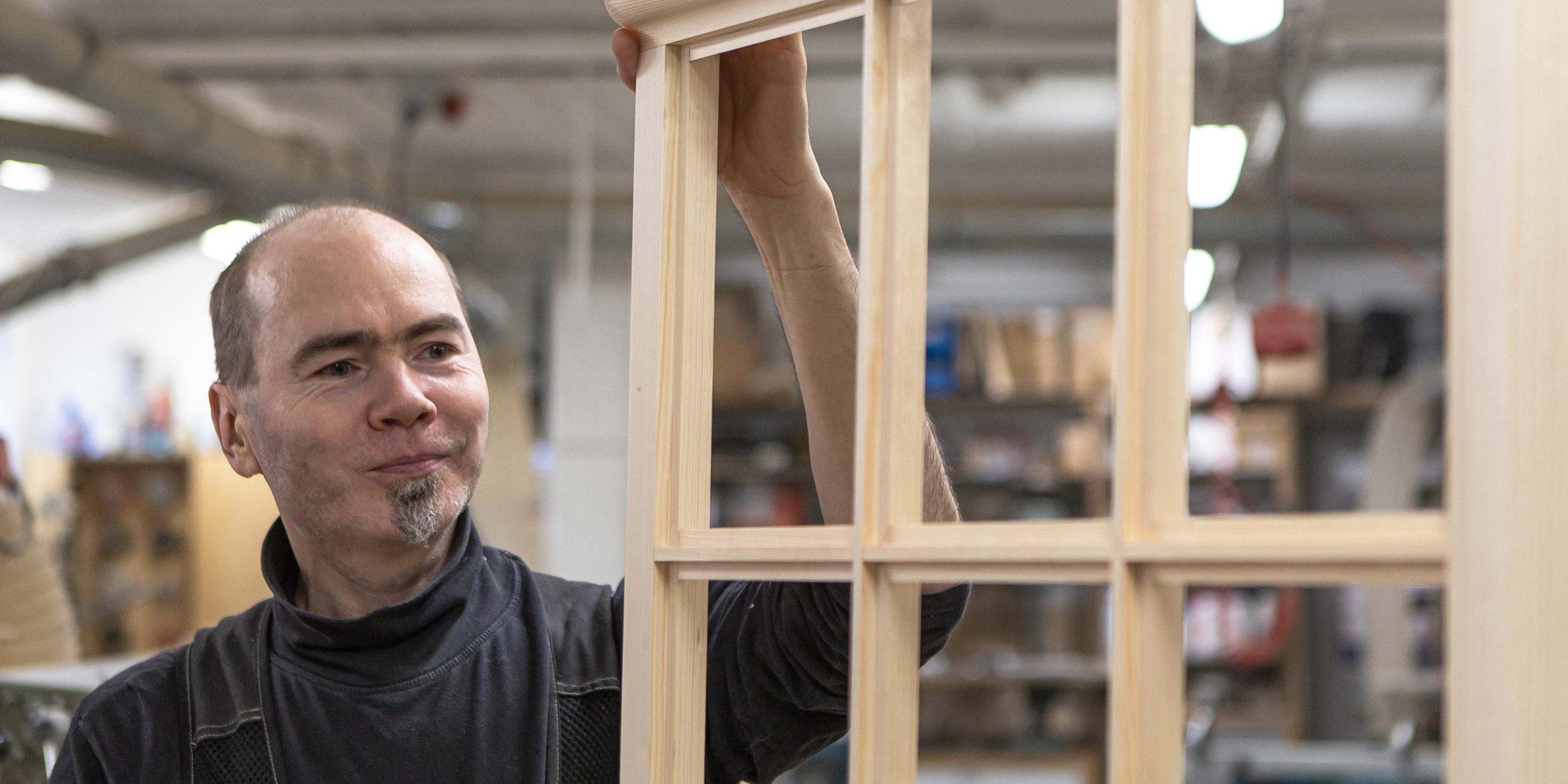 Puuseppä Matti Varis valmistamassa ikkunaa